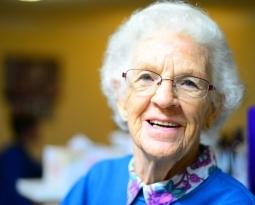 Cinq moyens pour réduire le risque de chutes chez les aînés